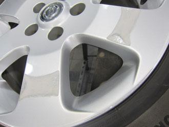 日産(nissan)ラフェスタ ハイウェイスターB30の純正アルミホイール(ポリッシュ)のガリ傷・擦りキズのリペア(修理・修復・再生)前の傷のアップ写真2