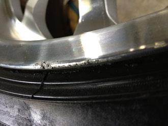 レクサス LS (逆輸入セルシオ)の20インチアルミホイール「WALD(ヴァルド)のPortofino(ポルトフィーノ)」のガリ傷・擦りキズのリペア(修理・修復・再生)前の傷のアップ写真