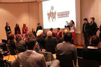 Digitale Helden erzählen auf einer Pressekonferenz über ihre Motivation sich für digitale Themen zu engagieren.