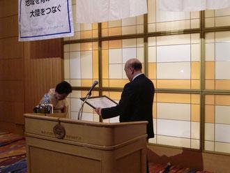 田中会長より竹内幸子さんに職業奉仕賞を授与