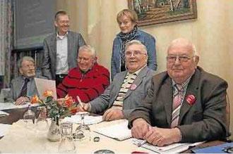 Der Vorsitzende der Stemweder SPD, Wilhelm Riesmeier (stehend), und der Vorstand der AG 60 plus diskutieren den Antrag an den Unterbezirksparteitag (v.l.) Paul Lahrmann, Giselbert Melcher, Irmgard Voges, Reinhold Gralla und Günter Bohne. Fotos: Russ