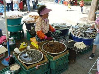 海苔巻き、餅、蜂の子、貝、おでん・・・