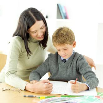 Symbolbild: Lehrerin und Schüler