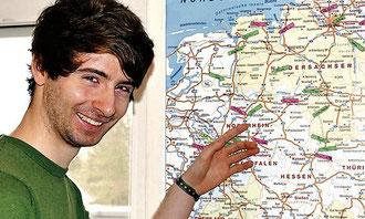 Da geht's hin: Mirko Lekat hat sich auf einer Karte bereits seine Anfahrstationen markiert.