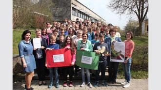 Die Klassen sechs der Realschule in Erbach spendeten am Freitag den Erlös aus einer Tombola, die während des Tags der offenen Tür im März veranstaltet wurde. (Foto: Johannes Nuß)