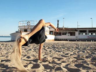 "<a href=""https://www.flickr.com/photos/alexlc/3344726690"" title=""Capoeira by Alexandre López, on Flickr""><img src=""https://farm4.staticflickr.com/3388/3344726690_cd3a067b7a.jpg"" width=""500"" height=""375"" alt=""Capoeira""></a>"