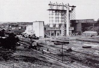1957 im Vordergrund Bauarbeiten an der Streckeverlegung zur andere Straßenseite