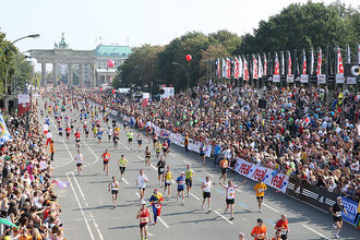 Llegada de la maratón de Berlín, año 2011, al fondo la Puerta de Brandemburgo.