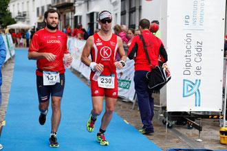 "Kiki Somé a la izquierda entrando en meta en el Medio Ironman Titán "" Sierra de Cádiz."