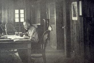 Yersin à son bureau dans le chalet du Hon Ba