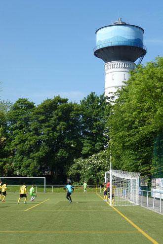 Im Schatten des Wasserturms: B-Jgd. bei Adler Frintrop. - (Foto: mal).