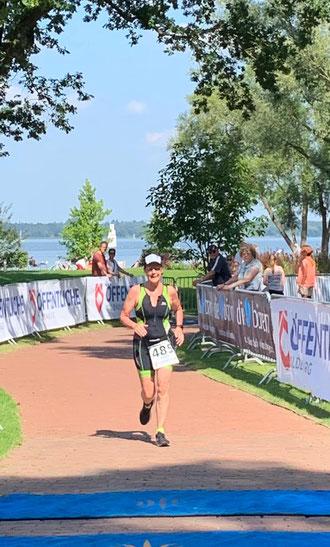Kerstin Friedrich hat es geschafft und läuft als Erste ihrer Altersklasse über die Ziellinie.