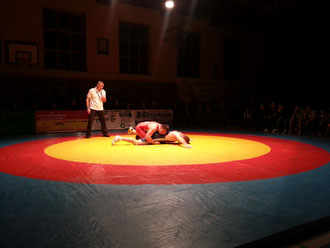 Vorbei ist die Zeit der blau-rot-gelben Wettkampfmatte | Bald ist blau-orange-dunkelblau angesagt.
