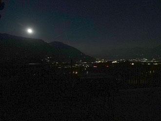 Vollmond von Dorf Tirol aus gesehen über dem Meraner Land