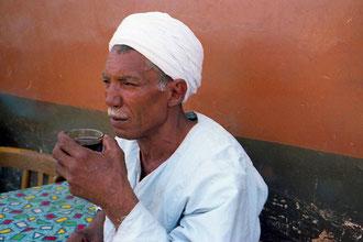 ein stolzer Fellache beim Minz-Tea trinken