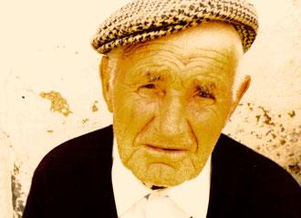 Jubilare vor der Dorf-Taverne