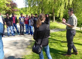 Jürgen Stroh führt Asylbewerber und begleitende Odersbacher Bürger durch den Tiergarten  (zum Vergrößern anklicken)