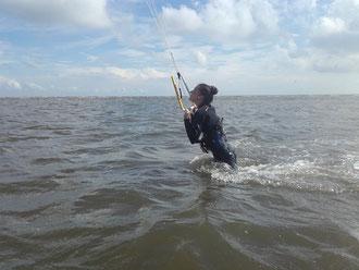 Frau kitet am Strand von SPO