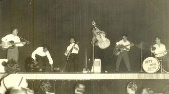 Oety & his Rollers (Odeon, Rotterdam 1958) l/r: Daan Schouten - ? Patinama - Jimmy Johannes - Oety Johannes - Jan Schouten - Jan Herwaarden