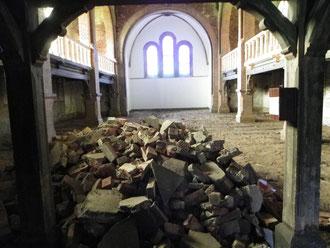 2012  Schutt der aufgebrochenen unteren Fenster.