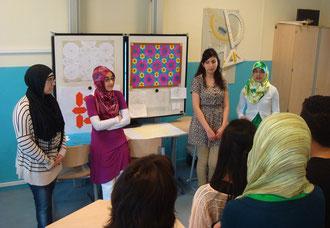 figuur 12 Leerlingen van het Cosmicus College Rotterdam presenteren hun werk in de klas.
