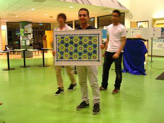 figuur 2 Een leerling toont het door zijn groepje ontworpen mozaiek