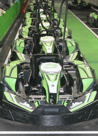 Kartings Ecokart alignés dans les stands