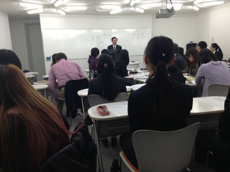 人材開発ゼミにて就活生に講演する日商グラビアの赤穂社長の様子。千葉の優良な中小企業との出会いがあった。