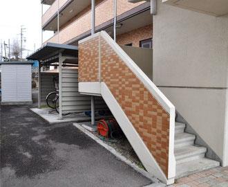 階段も美しいタイル張り