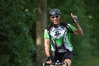 Ein Teilnehmer aus Kirchlengern mit viel Spaß und dem erhobenen Zeigefinger – will sagen: diese Veranstaltung ist ein Muss für Radsportler!