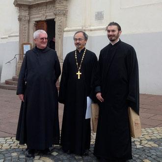 Протоиерей Николай Ким (в центре), диакон Стефан Вайно-Элиаш и настоятель Тиханьского монастыря, аббат Рихард (слева)