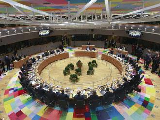 Die Regierungschefs sitzen beim EU-Gipfel an ihren Plätzen. Foto: Olivier Hoslet