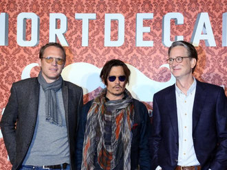 Johnny Depp (m.) mit Paul Battany (l) und Regisseur David Koepp in Berlin. Foto: Stephanie Pilick