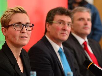 Die Parteivorsitzende der Linken, Susanne Hennig-Wellsow, Grünen-Chef Dieter Lauinger und SPD-Chef Andreas Bausewein (v.l.) stellen den Thüringer Koalitionsvertrag vor. Foto: Martin Schutt