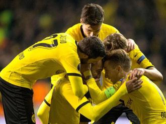 Die Dortmunder feiern den ersten Treffer von Pierre-Emerick Aubameyang. Foto: Bernd Thissen