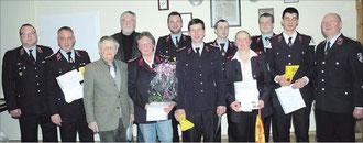 Die geehrten und beförderten Kameradinnen und Kameraden stellten sich mit Jochen Hufschmidt (4. von links),  Ringhard Friedrich (rechts) und Ronny Hertel für ein Erinnerungsfoto auf. Fotos: Andreas Pu