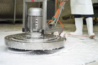 Schmutz- und Fleckenentfernung mit Bürstenmaschine