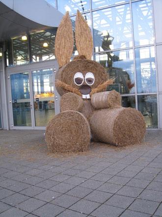 Das Riesenkaninchen von Erfurt begrüßt am Eingang der Messehallen