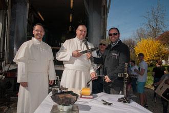 Kreuzübergabe an Pater Jonas und Frater Joachim