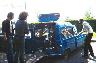 Motorrad-Transport mit Manni Klars Renault: Ekke Braas´ HONDA CB 750 est arrivée  (Heiko Bartels, Frieder Körner, Ekke Braas)  1975 © Heiko Bartels