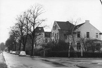 """Grenzstr. / Tiergartenstr. (C) Franz J. Koncel (ca. 1970). Die beiden """"Bullaugen""""-Fenster im Dachgeschoß sind noch nicht geöffnet."""