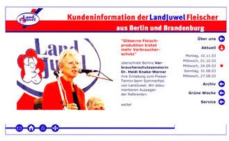 Berlins Verbraucherschutzsenatorin  Knake-Werner am Mikrofon: Online-Kundenzeitung für die Landjuwel-Fleischer Berlin und Brandenburg. Foto: Helga Karl