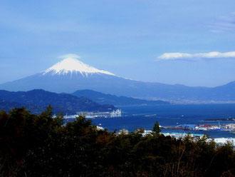 富士の高嶺に雪は降りける。。。。