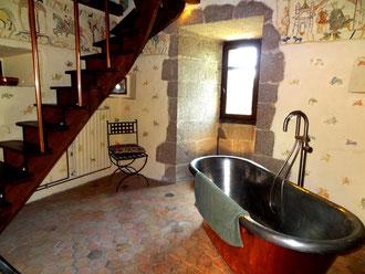 weekend chateau-fort Salle de bains chambre médiévale La Tour de Guet
