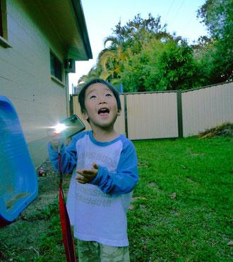 無邪気にカメラで遊ぶタイセー。 でも彼を写真に収めるのは至難の業。
