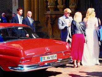 chic das rote Hochzeitsauto und auch der smarte Bräutigam
