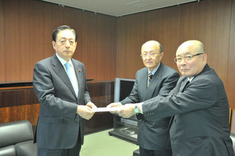太田国土交通大臣に要望書を手渡す中川代表ら