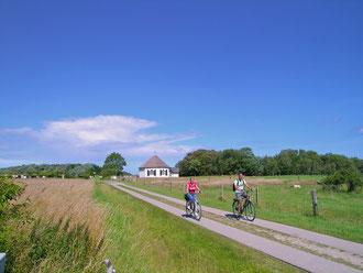 Fahrradfahrer vor der Uferkapelle in Vitt