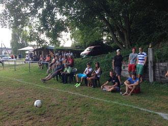 Eine stattliche Anzahl Zuschauer säumten den Platz, darunter auch etliche Eins-Spieler.