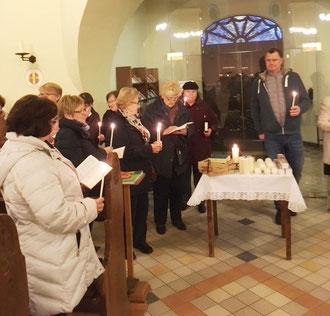 Gläubige halten ihre brennenden Kerzen in Händen